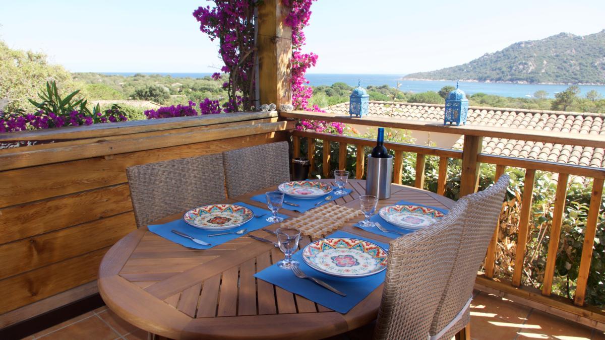 Une table et ses couverts